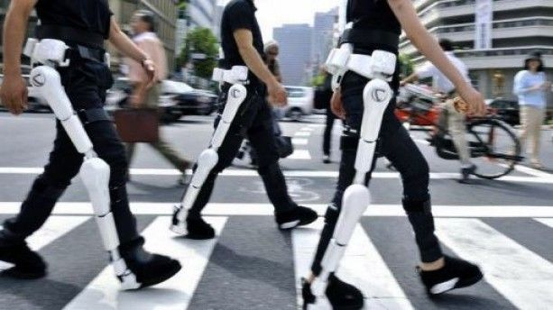 "Cyberdyne employees wear the robot-suit ""HAL"" (Hybrid Assistive Limb) in Tokyo, August 3, 2009 (AFP_File, Yoshikazu Tsuno)"