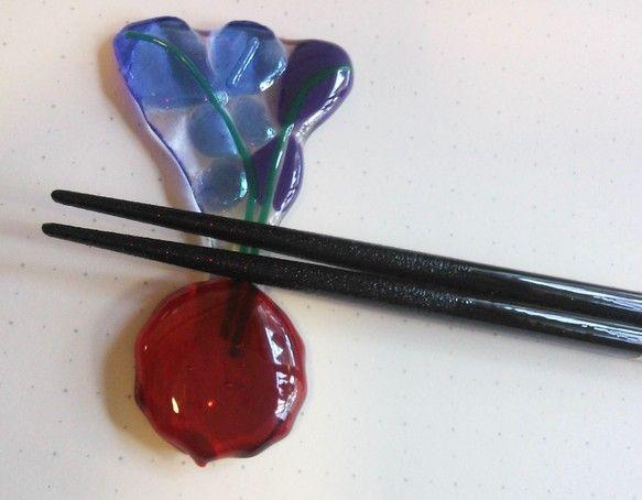 大きさ:8.5cmx4.7cm(厚さ7mm)アメリカのガラスを使用しています。可愛いフォルムのラディッシュをお箸置きにしました。色違いで4種類作りました。葉っ...|ハンドメイド、手作り、手仕事品の通販・販売・購入ならCreema。