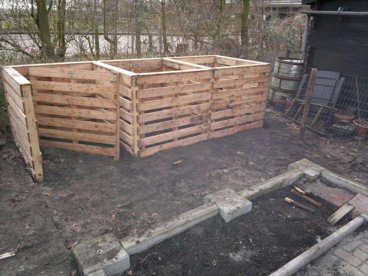 compost hoop gemaakt van oude pallets
