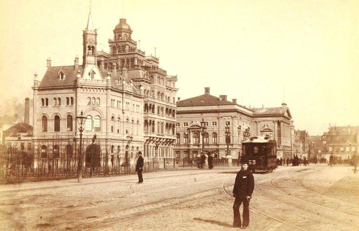Het Leidseplein gezien naar de Leidsestraat, met van links naar rechts: de gecombineerde brandweer- en politiepost uit 1881, het oude American Hotel uit 1882 en de oude Stadsschouwburg, afgebrand in 1890. Links de Leidsekade, vóór de bebouwing van 1886.