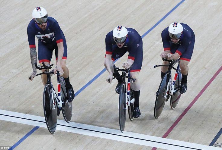 Велосипедист герой (слева) возглавил команду Великобритании для победы над…