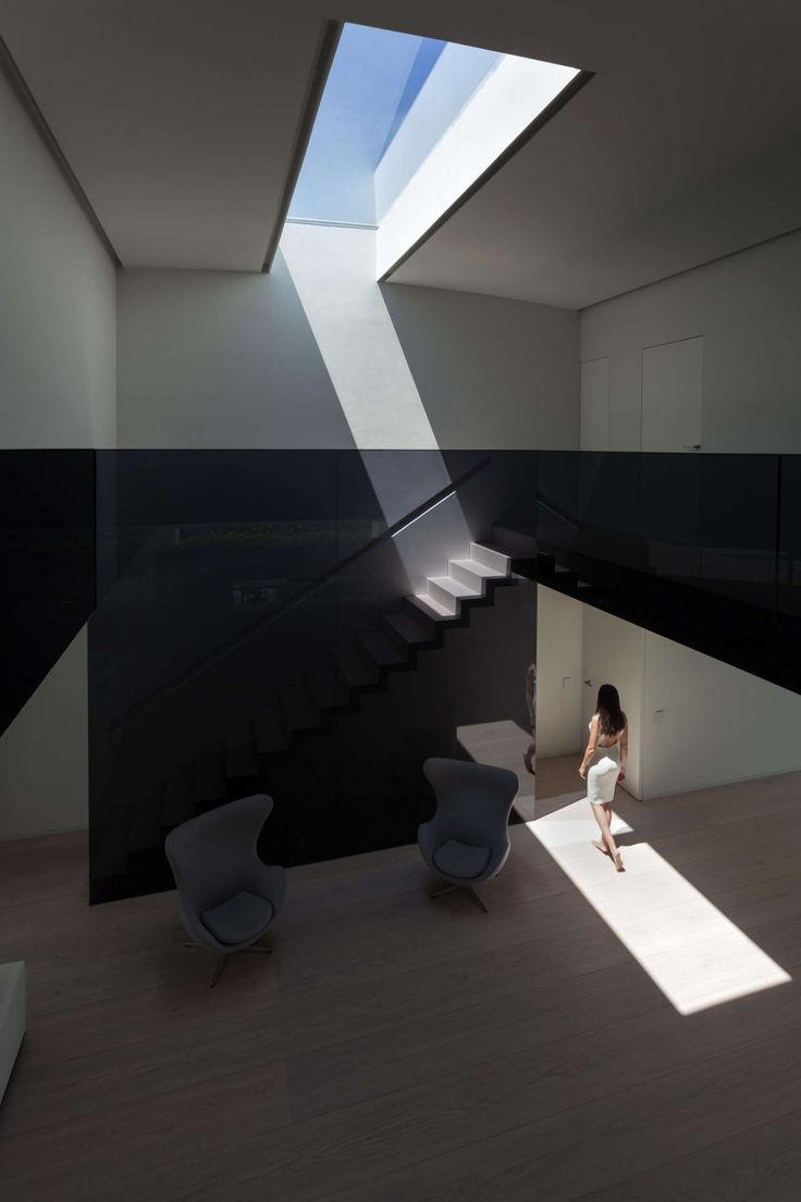 http://boomzer.com/golf-course-sight-or-a-obvious-exterior-make-for-a-contemporary-marvel/modern-skylight-fran-silvestre-arquitector-gray-sofa-egg-wooden-floor-black-wall-glass-ceiling-glass-tile-natural-sunlight/