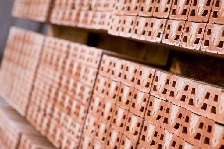 Laterizi: Materiali da costruzione, prodotti mediante la cottura diargilla contenente percentuali varie di sabbia, opportunamente preparata e modellata in pezzi di forme e