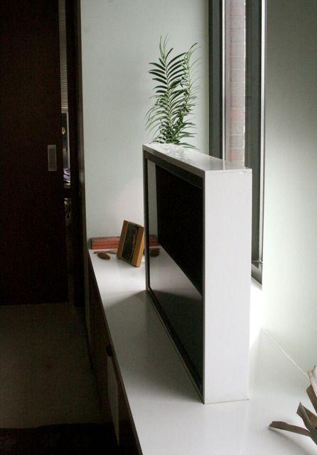 Телевизор перед окном, когда он не нужен его можно спрятать