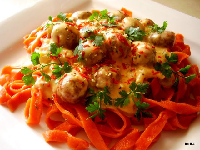 Smaczna Pyza sprawdzone przepisy kulinarne: Makaron pomidorowy z klopsikami w sosie śmietanowo - serkowym