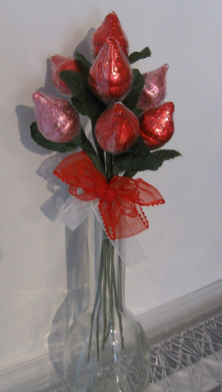 Hershey's Kisses Roses- tutorial, these are easy to make! Visit my blog for more great ideas at: http://tips-treats-treasures.blogspot.com/