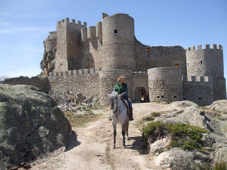"""CASTLES OF SPAIN - Castillo de Aunqueospese ó Sotalvo (Ávila). Edificado sobre otro de origen musulmán, y del que se cuenta una leyenda, la de Zubeze, hija de Ben Hus Mar, señor del castillo. Zubeze perdidamente enamorada de Aldefonso, un cautivo cristiano. Para evitar tal deshonra, su padre, acordó el desposorio de Zubeze con un príncipe de Jaén, a lo que la hija le contestó: """"mal que os pese lo querré o aunque os pese, no iré"""". La leyenda cuenta un trágico final."""