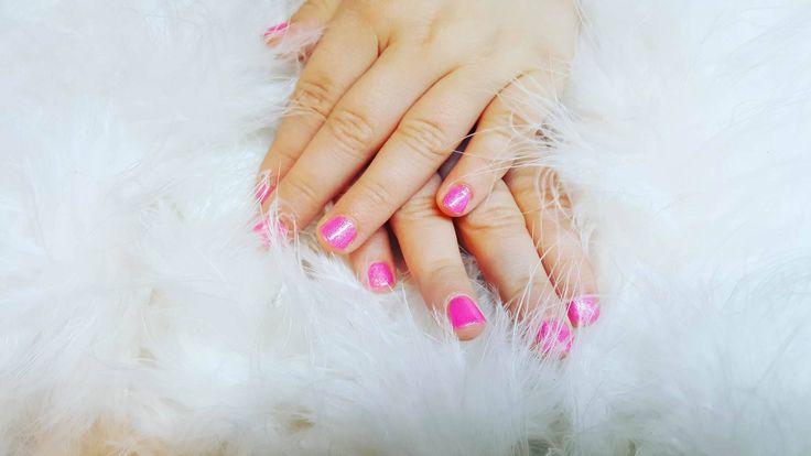 Ook onze jongste klantjes komen aan bod! Mooie roze nagellak bij een kleutertje, door Evelien van Blue Sage