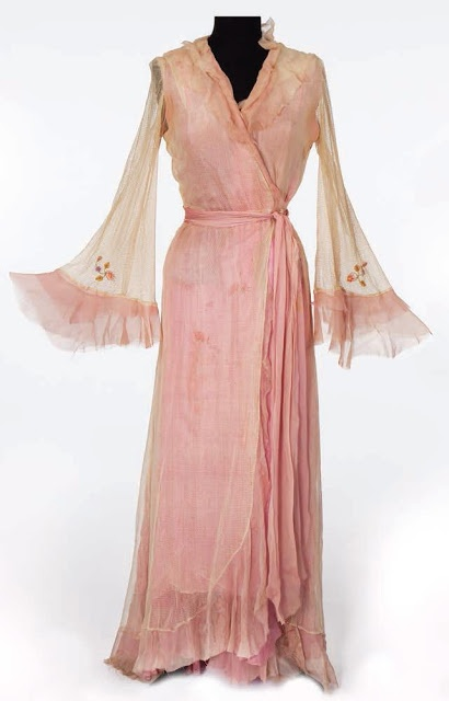 """Pink chiffon robe worn by Vivien Leigh as Blanche Dubois in """"A streetcar named Desire"""", 1951."""