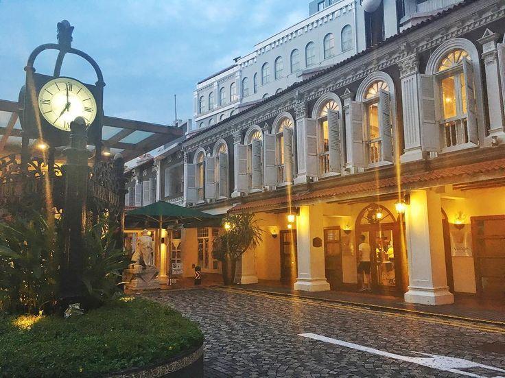 . 2016.12.10(Sat) ☀️selamat pagi☀️ 昨日父と合流し、さらにローカル化が進んでしまったアタシです😅今日のお昼で父は上海へ戻りますが… . Village Hotel Alvretcourt@little india . シンガポールで泊まったホテル。 リトルインディアの端にあり、ダウンタウン線ローチャー駅から歩いて3分ほど。 立地がかなりいいので、色々な所に出やすかったです。 朝食なしでも、アルバートホッカーセンターまで10分かからない距離なので、歩いて食べに行ってました。 . 🍀hari yang baik🍀 #singapore #シンガポール #新加坡 #🇸🇬 #southeastasia #東南アジア #リトルインディア #littleindia #カメラ女子 #ファインダー越しの私の世界 #ジム #健康的 #ダイエット #diet #アブクラックス #bodymake #ボディメイク #fitness #フィットネス #筋トレ #筋トレ女子 #家トレ #自主トレ #減量 #減量中 #パーソナルトレーニング #モチベーション
