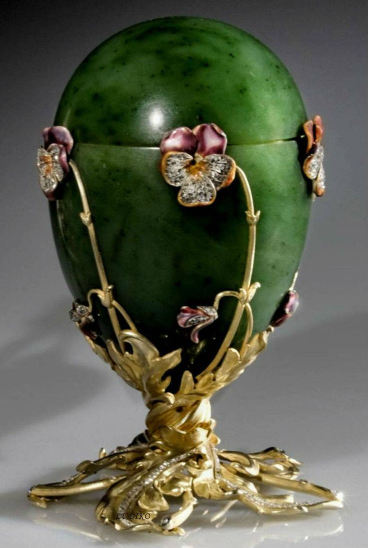 "1.""Pansies"" made in 1899. The egg is made of jade, gold, gilded silver, diamonds and enamel. Surprise eggs - gold easel on which stands in the center of a diamond heart with enamel. At the heart - an easel eleven ovals of red enamel, which are the initials of the Romanov family. All ovals open and under them are miniature portraits of the Royal Family."