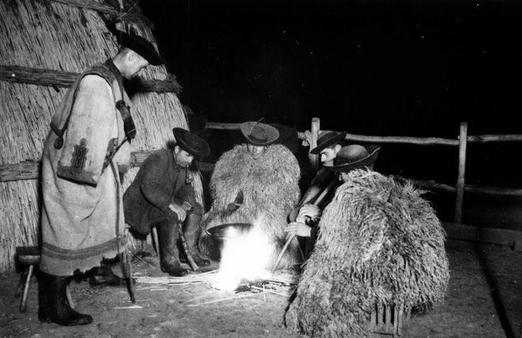 Pásztortűz a vasaló mellett, 1937  Fotó: Vadas Ernő, Hortobágyi Nemzeti Park fotótára  Vasaló: a Tiszántúl északi részén, a Hortobágy környéki pusztai legelőkön pásztorok által használt, a tűzhely védelmére állított fedetlen, kör, ovális vagy körte alaprajzú nád- vagy kukoricakóró építmény. (mek.oszk.hu)