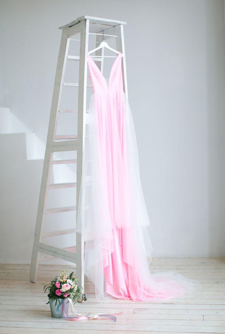 """Свадебное платье """"Attractive rose"""". Бусинки-алмазики, открытая спина и шлейф - настоящее сокровище для летней невесты! Приятная телу основа из трикотажа, мягкий фатин и отделка чешскими бусинами цвета roze quartz."""