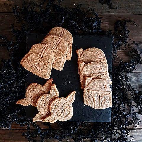Come to the dark side, we have cookies! Star Wars Ginger Cookies! Recipe in the blog.  Dabei lockt die dunkle Seite mit Cookies. Ich habe euch Star Wars Ginger Cookies mitgebracht. Rezept im Blog (Link im Profil)    #ginger #ingwer #cookies #gingercookies #starwars #starwarscookies #guetzli #kekse #backen
