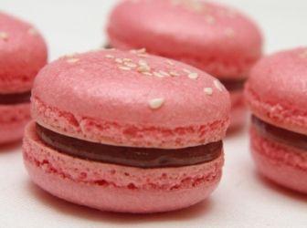 """Málnás macaron recept: A macaronoknak számtalan változata ismert. Ez egy cukorsziruppal készült, jól """"bejáratott"""" recept. http://aprosef.hu/malnas_macaron_recept"""