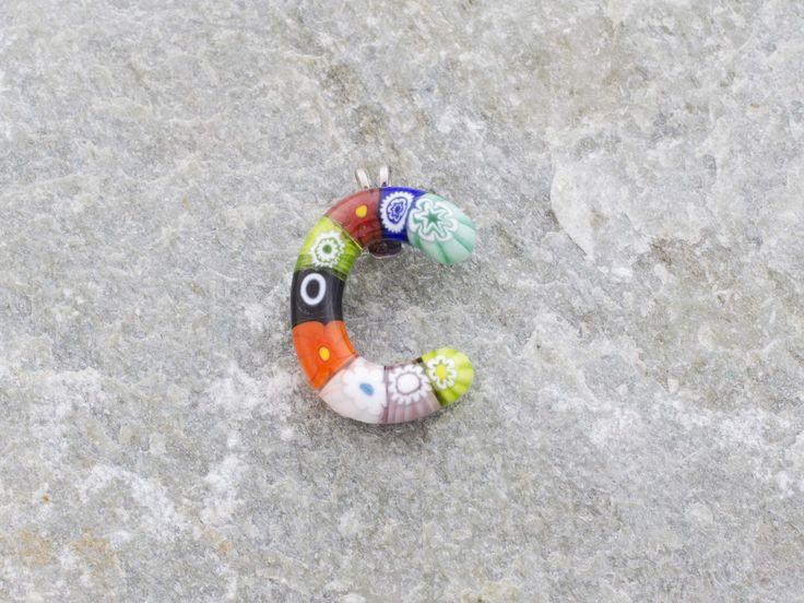 Lettera C  Iniziale in vetro di murano. Ciondolo pendente, colori vari con murrine inserite.