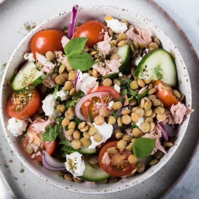 Salatka Grecka Z Soczewica I Tunczykiem Przepis Zobacz Na Przepisy Pl Recipe Salad Cobb Salad Food