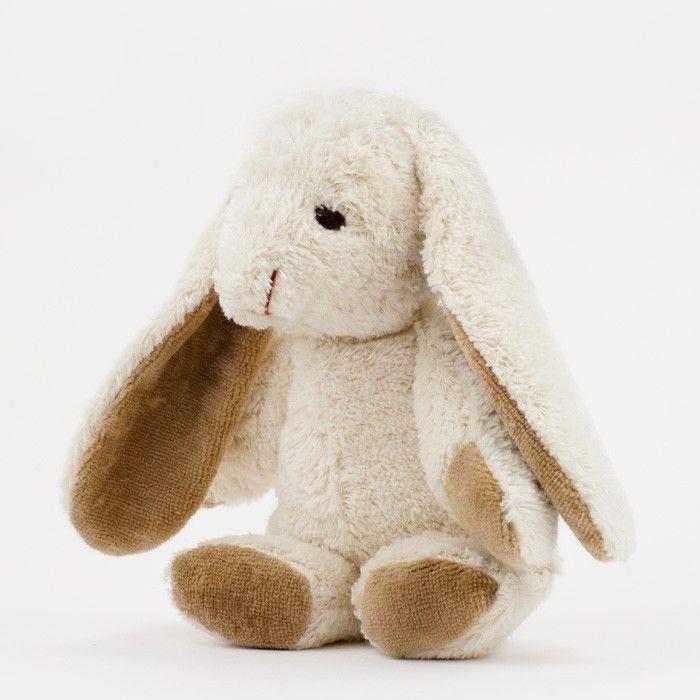 Veganes Bio-Kuscheltier mit gestickten Augen aus Bio-Baumwollplüsch, gefüllt mit Bio-Baumwolle    Es kommt uns heute - nachdem wir ihn kennengelernt haben - so vor, als hätten wir sehr, sehr lange und sehnsüchtig auf ihn gewartet: das kleine Pendant zu dem großen Schnuffelhasen von Kallisto aus Berlin. Der Baby-Schnuffelhase ist derart niedlich, dass wir uns bei der letzten Begegnung  mit Kallisto spontan in ihn verliebt haben und uns über die Maßen freuen, dass wir ihn Dir endlich…