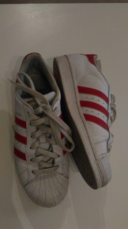 Baskets Adidas Superstar rouges et blanches