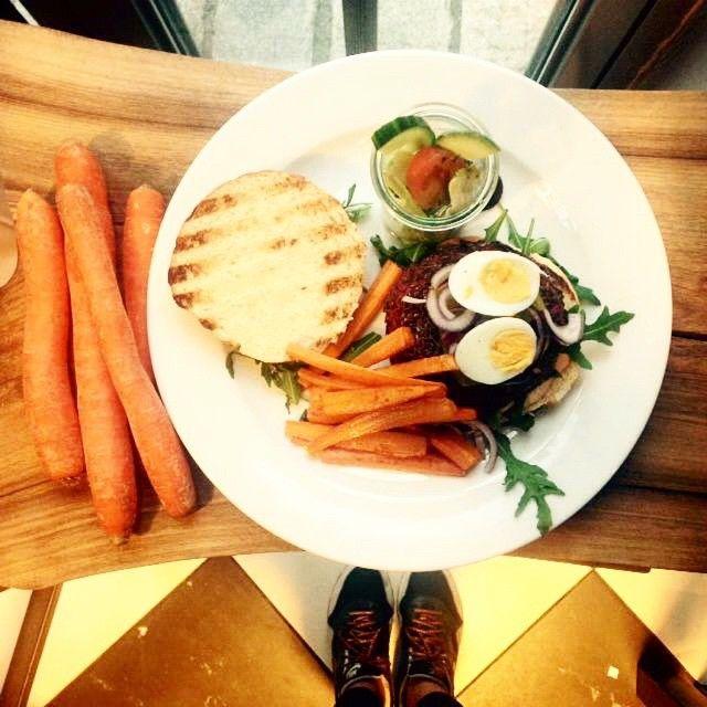 VEGEBURGER buraczano-jaglanego z frytkami z marchewki #letarg #letargbistro #vegeburger #carrot #carrotfries #vege #govege #vegetarian #lunch #lunchtime #lunchidea #food #foodporn #instafood #foodgasm #instadaily #restaurant #poznan #pzn #eat #eating #hungry #happy