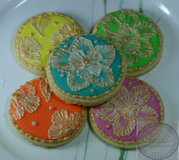 Circle shaped cookies designed with flowers and painted with gold shimmer. Hand decorated by me.:)    2.5 inches in diameter