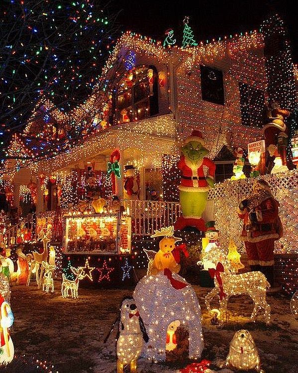 365 Days Of Christmas On Instagram Do You Like This Kind Of Decoration Out In 2020 Decorating With Christmas Lights Christmas Lights Outside Best Christmas Lights