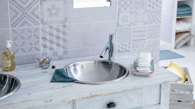 Un effet carreaux de ciment plutôt réussi pour ce lambris PVC ! Découvrez encore plus de manières d'utiliser du lambris PVC dans sa salle de bains... http://www.deco.fr/actualite-deco/265658-pose-lambris-pvc-salle-bains.html