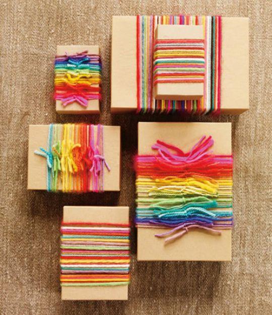 Pacchetti regalo originali con fili colorati arcobaleno. Semplici ma esteticamente favolosi  #pacchetti #pacchetto #regalo #regali #originali #Natale #compleanno #incartare #colore #arcobaleno