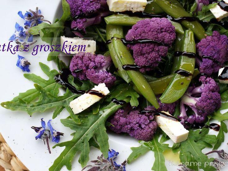 Sałatka z groszkiem cukrowym, fioletowym kalafiorem i kwiatami ogórecznika