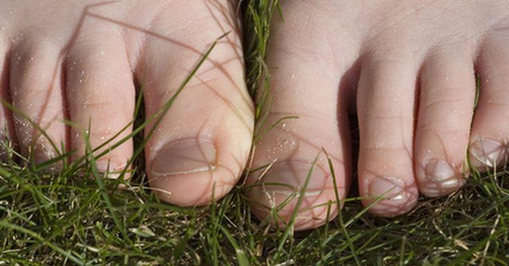 Como remover manchas de grama nos pés. O clima quente de primavera e verão muitas vezes convida as crianças e adultos a realizarem atividades agradáveis ao ar livre. O tempo quente convida também à brincadeiras no gramado, resultando nas manchas. Correr ou escorregar na grama pode deixar uma mancha teimosa na sua roupa e pele, e para removê-las, use alguns utensílios domésticos comuns.