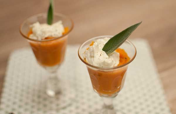 Pompoenmousse met geitenkaas en salie; een vegetarisch voorgerecht met veel smaak. De zoete pompoen combineert goed met de geitenkaas. Een smaaksensatie!