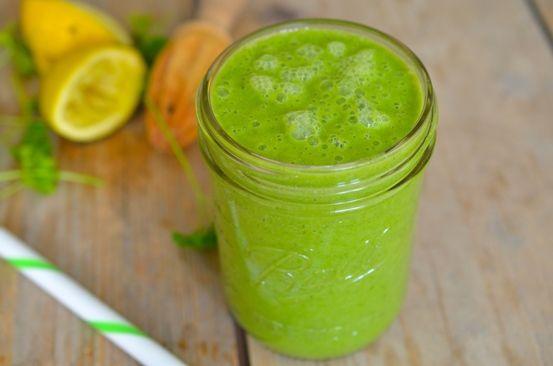 Green monster -Ingrediënten (1,2 liter) 2 appels 1 komkommer 1 grote schijf ananas  1 grote duim gember 2 selderij stengels  100 gram spinazie handje vol peterselie  1 avocado 1 citroen