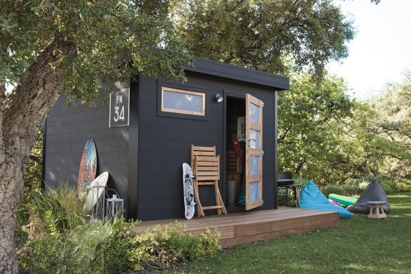 Un Abri De Jardin En Bois Peint En Noir Leroy Merlin Backyard Design Shed Plans Outdoor Structures