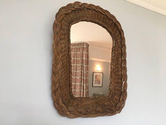Miroir en osier/rotin vintage inhabituelle dans une teinte rouille. Encadré par un tressé design attrayant, ce n'est pas la couleur habituelle de ces miroirs. En bon état - il y a un ou deux légères marques sur le rotin, mais ceux-ci ne peuvent être vu de près. S'il vous plaît voir