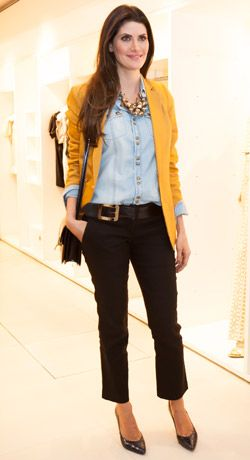 Nice use of jeans and golden yellow - Women´s Fashion Style - Moda Feminina Inspiração                                                                                                                                                      Mais