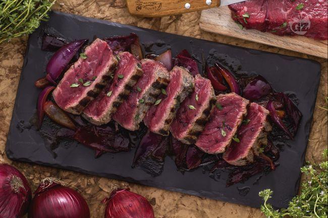 La tagliata con cipolle in agrodolce è il secondo perfetto per i veri amanti della carne rossa appena scottata, ideale da gustare in compagnia!