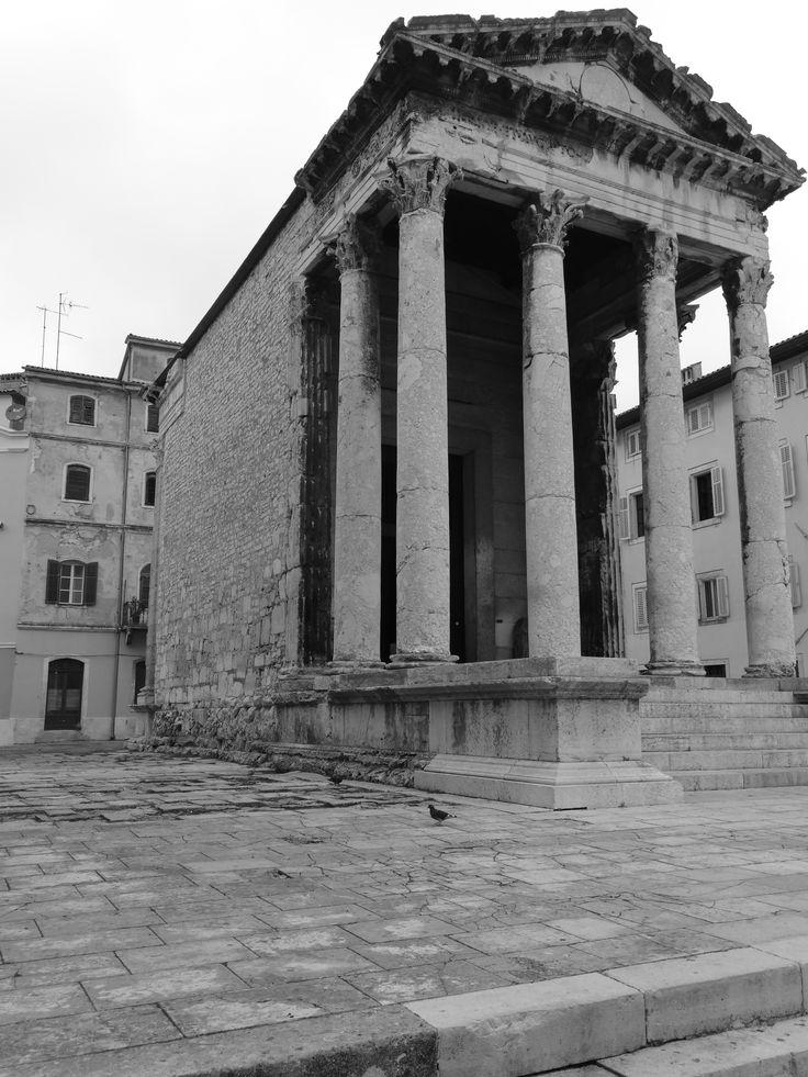 Der Augustustempel befindet sich am Forum von Pula und wurde ebenso wie das Amphitheater vor mehr als 2.000 Jahren erbaut.   Das Forum war bereits vor über 2.000 Jahren der wichtigsten Stadtplatz.