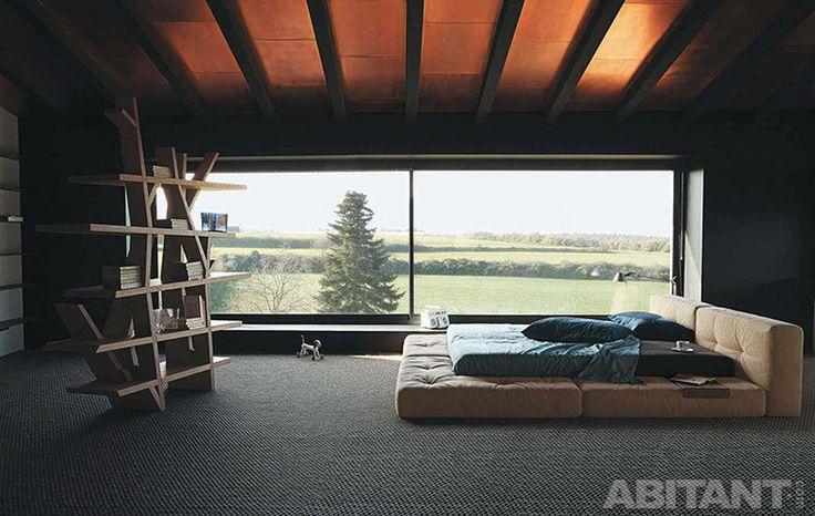Минималистская спальня в мансарде