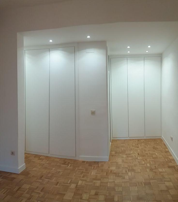 Detalle de armario modular abatible, tirador integrado en puerta.