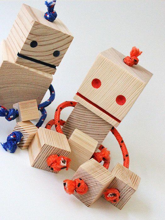 Diverse robots handgemaakt van vierkante houten speelblokken. Het lichaam is door de flexibele (nylon koord) armen en nek in elke gewenste positie
