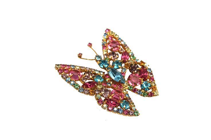Don a piece of old Hollywood glamour with sparkling broaches, necklaces and bracelets.