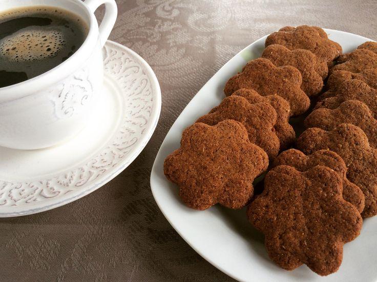Από τα αγαπημένα μου μπισκότα, τον καιρό που έτρωγα ζάχαρη (!), ήταν κάτι λεπτά, τραγανά, πεντανόστιμα σουηδικά μπισκοτα κανέλας… Cinnamon thins… απλά τέλεια. Ήταν όσο γλυκά έπρεπε, όσο τραγανά έπρεπε, όσο λεπτά έπρεπε, μοναδικά! Τα βουτούσα σε γάλα, και όπως καταλαβαίνετε έτρωγα ένα πακέτο στην καθισιά, φρόντιζα να μην παίρνω δεύτερο γιατί θα το έτρωγα...Read More