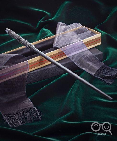 Stupenda riproduzione della bacchetta di Severus Piton, il professore di Pozioni di Harry Potter. È stata realizzata in resina ed è in scala 1:1, lunga circa 35 cm. La bacchetta è contenuta nella scatola originale di Olivander, coperta da due veli. Un pezzo da veri collezionisti e fan della saga.