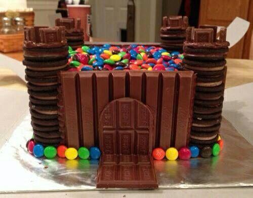 Kit Kat, Oreo, M&M chocolade  kasteel taart! Ziet er heerlijk uit!
