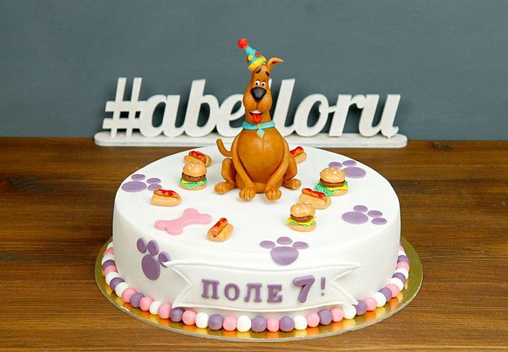 """Детский торт """"Скуби-Ду""""  Торт #скубиду отлично подойдёт для празднования Дня рождения ребёнка, тем более, если этот коричневый пёс является его любимым персонажем😉 Скуби в праздничном колпаке в окружении любимой еды…Оригинальный и вкусный подарок-сюрприз! Дополнить такой тортик вы можете тематическими капкейками и кейкпопсами😃  Изготовление тортика как на фото возможно от 2-х кг всего за 2350₽/кг. Изготовление #фигуркиизмастики 🐶 включено в стоимость торта. _________________ Опытные…"""