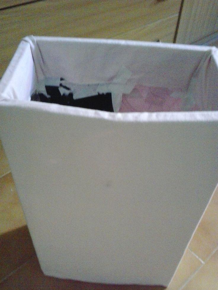 Cestino fatto con vecchie custodie di cd ricoperto con lenzuolo cucito a misura - Trash enclosures made from old CDs and covered with sheet sewn to size mine
