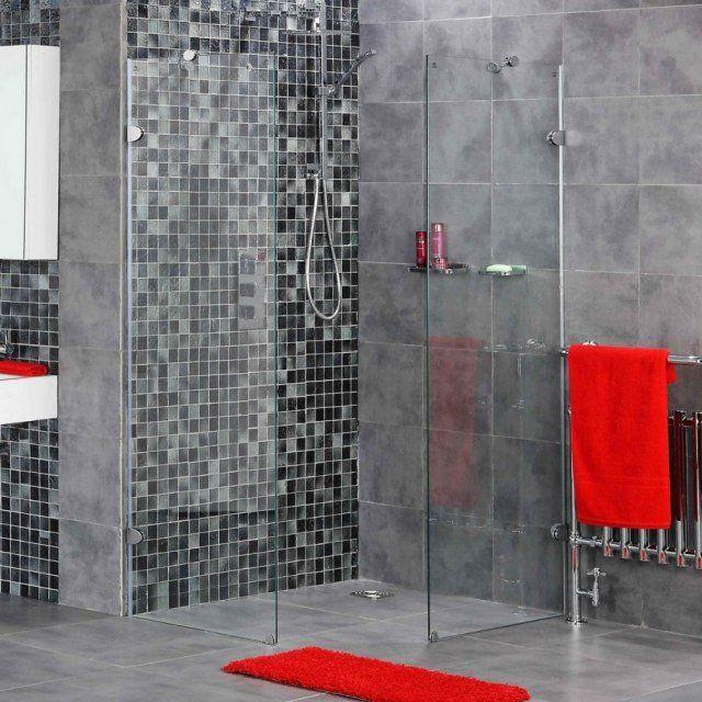 salle de bain grise avec mosaïque et carreaux rectangulaires