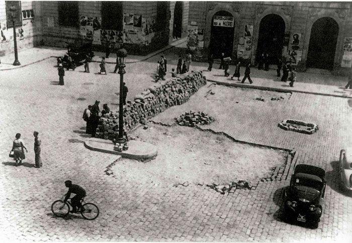Fets de maig del 1937    Barricades a la plaça de Sant Jaume durant els enfrontaments que hi va haver a Barcelona entre els sindicats el maig del 37.