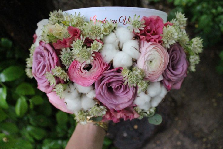 Cutie cu flori  #flowers #box #flowersbox #flowersinabox #gift #sayitwithflowers #madewithjoy #madewithlove #paulamoldovan #livadacuvisini #flori #evenimente #candybar #bucuresti ##bucharest #florist #ranunculus #astrantia #roses #eustoma #white #cotton #bumbac #cutie #flori #cutiecuflori #floriincutie #cutieflori