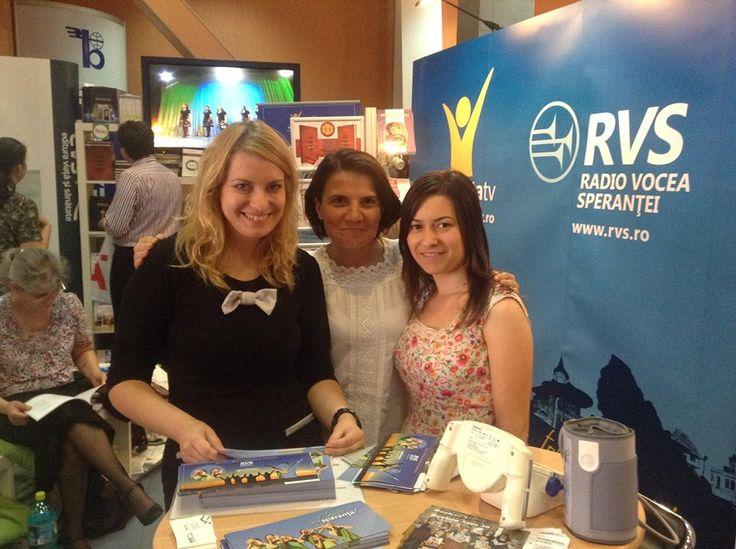 Florentina Adamescu, Bianca Timsa Stoicescu si Madalina Stefan la standul Centrului Media Speranta de la Bookfest.